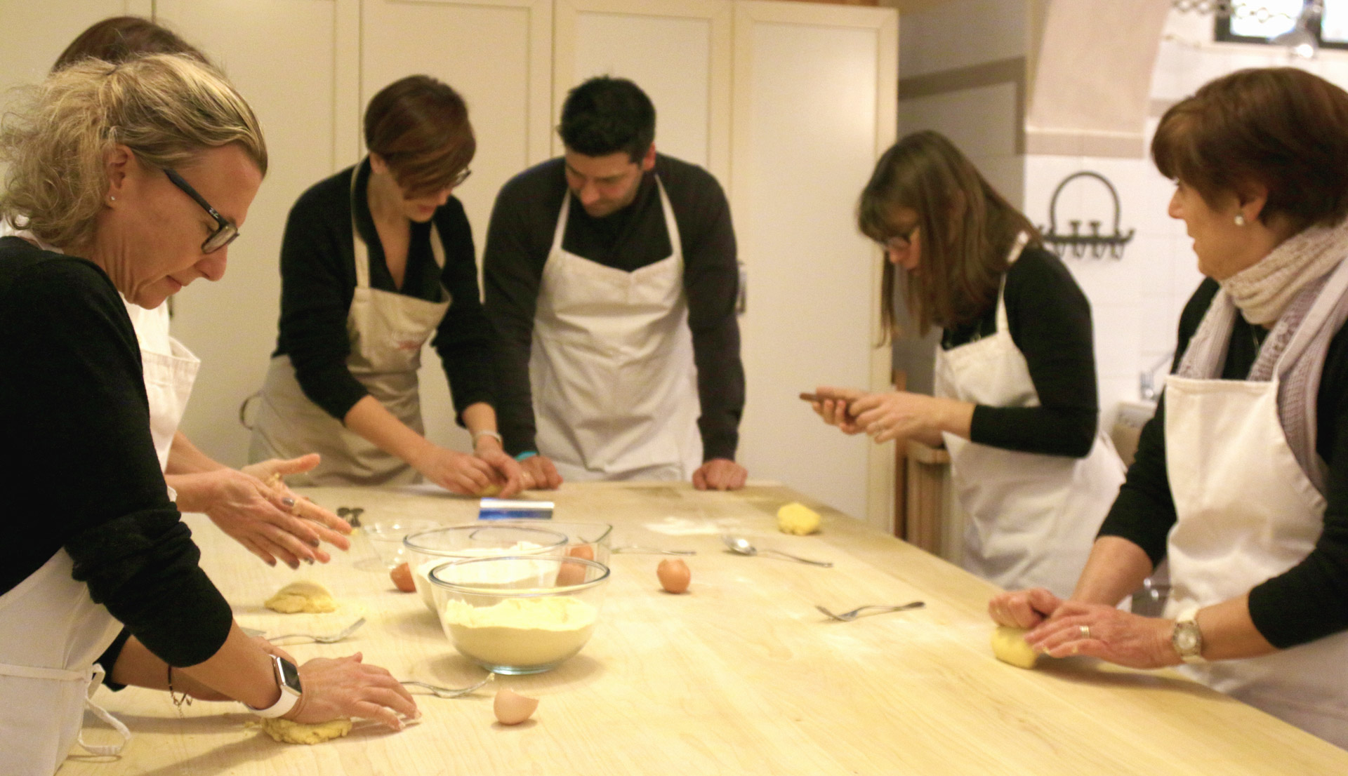 cooking team building Bologna