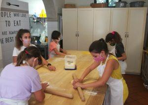 bambini che preparano la sfoglia. Lezione di cucina. Pasta